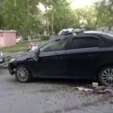 Разгневанная женщина выкидывала вещи из многоэтажки на авто мужа в Темиртау