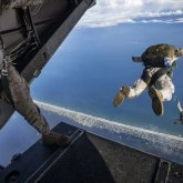 Военнослужащий находится в тяжелом состоянии после прыжка с парашютом в Актау