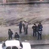 Мужчину пырнули ножом на улице в Караганде