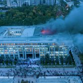 Разгромленный Белый дом в Бишкеке отремонтируют за счет депутатов