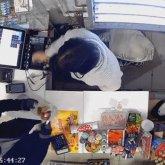 Вооруженный мужчина ограбил за один вечер два магазина