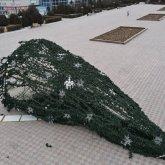 Ветер сдул новогоднюю елку на главной площади в Актау