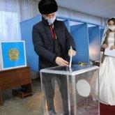 Молодожены активно голосуют на выборах в Казахстане