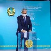 Касым-Жомарт Токаев и Аскар Мамин проголосовали на выборах депутатов от АНК