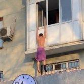 Раздетый «любовник» повис на балконе в Алматы