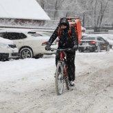 Алматы завалило снегом, на дорогах образовалась грязная каша