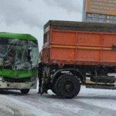 Автобус столкнулся с КамАЗом в Семее: пострадали 11 пассажиров