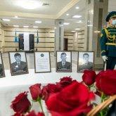 Сотрудники КНБ отдают воинские почести погибшим при крушении самолета Ан-26 военнослужащим