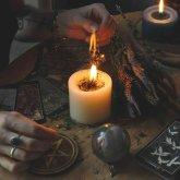 Женщины «проводили» магические обряды у одной из больниц в Алматы