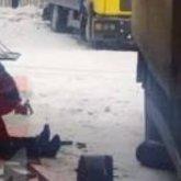 «Рухнул на водителей». Фура насмерть придавила двух дальнобойщиков в Караганде