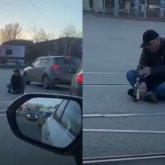 Мужчина уселся прямо на проезжей части в Павлодаре и выпивал