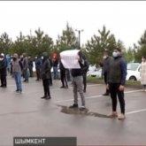 «Уволить санврача»: десятки бизнесменов устроили акцию протеста возле акимата Шымкента