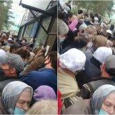 Бабушку едва не затоптали в очереди у поликлиники в Темиртау