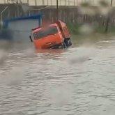 Камаз поплыл: дорогу затопило в Алматы