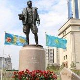 Памятник казахстанскому летчику установили в Нур-Султане