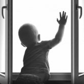 2-летний ребенок выпал из окна и разбился насмерть в Уральске