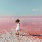 Знаменитое розовое озеро Кобейтуз оказалось опасным для здоровья людей