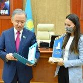 Нурлан Нигматулин вручил награды журналистам