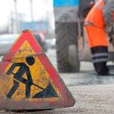 Автомобиль на бешеной скорости сбил дорожных рабочих в Павлодаре