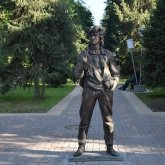 Памятник Виктору Цою снес трактор в Алматы
