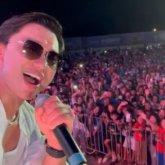 «На Алаколе коронавируса нет»: Кайрат Нуртас устроил концерт перед тысячами зрителей