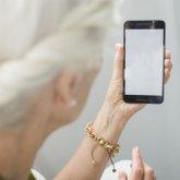 Пожилая женщина украла мобильный телефон в Туркестанской области