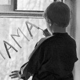 Мать заперла троих детей, включая новорожденную, в квартире и оставила голодать в Павлодарской области