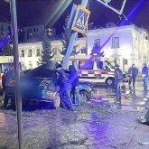 Столб светофора «разрезал» врезавшийся в него автомобиль в Петропавловске