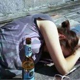 Пьяная мать уснула на холодной земле с маленькой дочерью в Павлодаре
