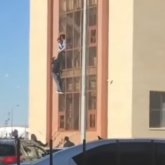Попытку побега мужчины из здания полиции через окно сняли в Нур-Султане