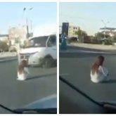 «Опасно». Сидевшая на дороге девушка в белом сильно напугала актаусцев