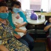 Врач на пенсии помогла женщине родить в поезде по пути в Нур-Султан