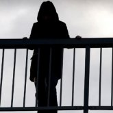 Повисла на перилах моста: девушка пыталась покончить с собой в Нур-Султане