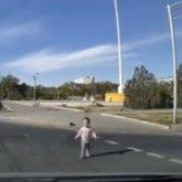 Одинокий малыш выбежал на дорогу в центре Актау