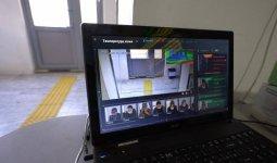 Робот измеряет температуру в поликлинике в Атырау