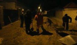 Сельчане самостоятельно засыпали песком дорожные ямы в Мангистау