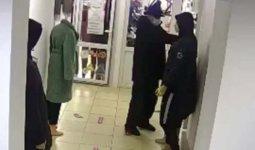 Мужчина попал на видео при краже женской куртки в Павлодаре