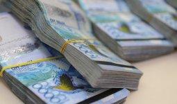 Мужчина уснул на улице с пачками денег в Актау
