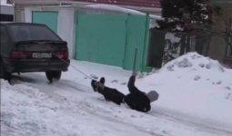Блогера привязали за ноги к машине и везли по улице в Павлодаре