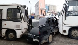 Автобус врезался в автомобиль с детьми в Актобе