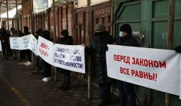 «Дайте нам спокойно работать!»: сотни торговцев алматинской барахолки вышли на митинг
