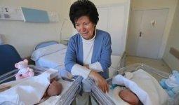 Родившую близнецов 64-летнюю женщину лишили опеки над своими детьми