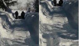 Из-за нерасчищенных дорог жители ВКО пешком несли гроб на кладбище