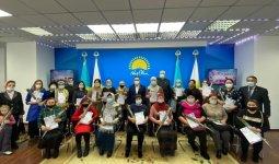30 многодетных матерей Кокшетау получили подарок от партии «Nur Otan»