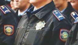 За вызывающее поведение полицейские наказали парня и девушку в Алматы