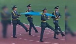 Шагали вразнобой: о рассмешивших казахстанцев знаменосцах рассказали в Минобороны
