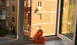 Годовалая девочка и четырехлетний мальчик выпали из окон в Карагандинской области
