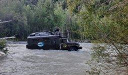 Грузовик с туристами застрял в полноводной горной реке в Алматинской области