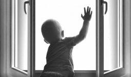 Малолетний ребенок разбился, выпав из окна в Нур-Султане