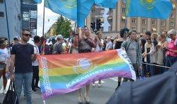 «Права ЛГБТ»: казахстанцы обсуждают школьную программу